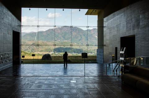 草野心平記念文学館の中で景色を撮る高山正樹