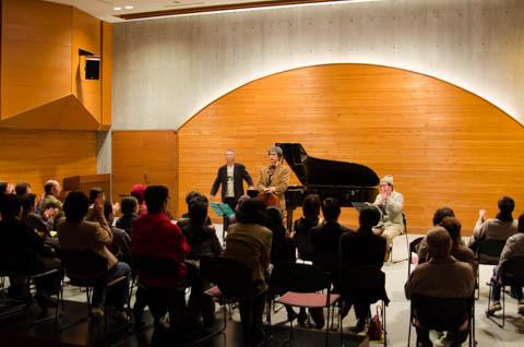「本番」の交響曲第六番を演奏終了し、聴衆の拍手を受ける「金星音楽団」