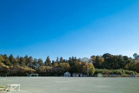 仁連小学校の広い校庭と広い空